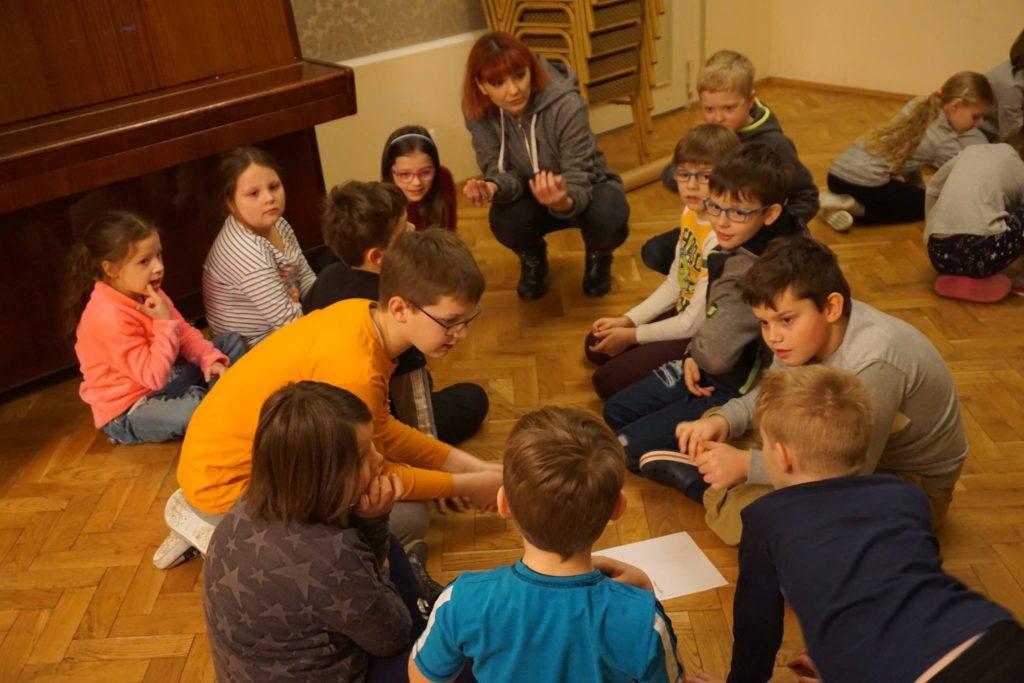 dzieci z instruktorem