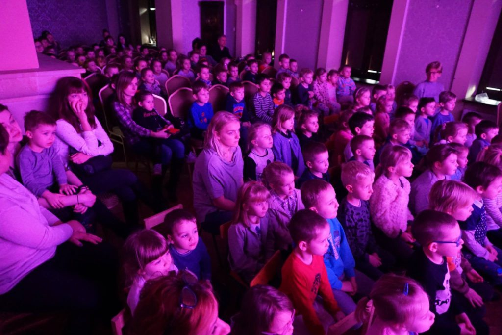 dzieci na widowni