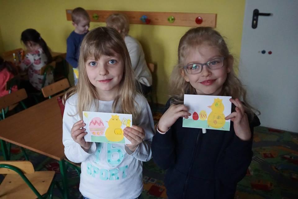 dziewczynki z kartakmi świątecznymi