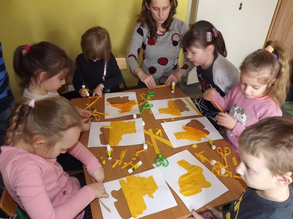 dzieci na zajęciach plastycznych