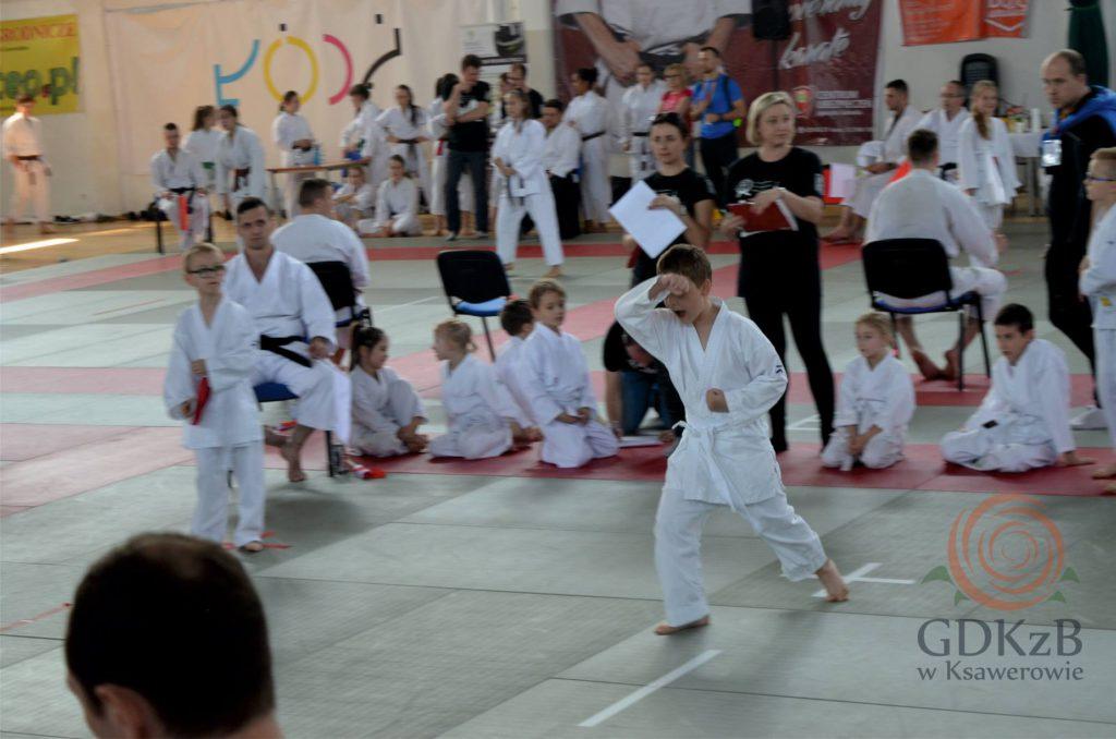 dzieci na zawodach karate