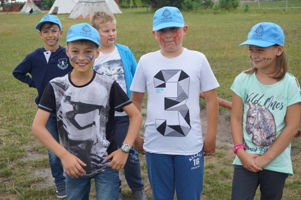 chłopcy w wiosce indiańskiej