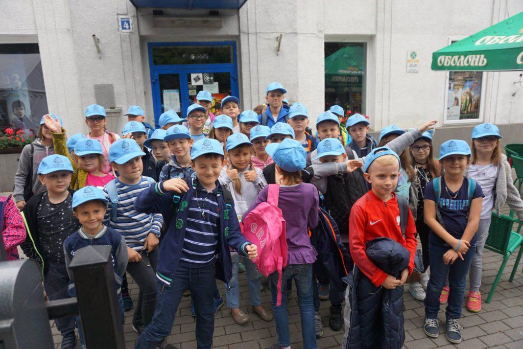 dzieci przed kinem tomi