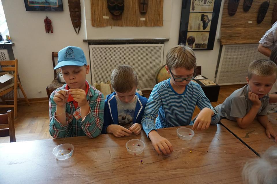 dzieci robią bransoletki