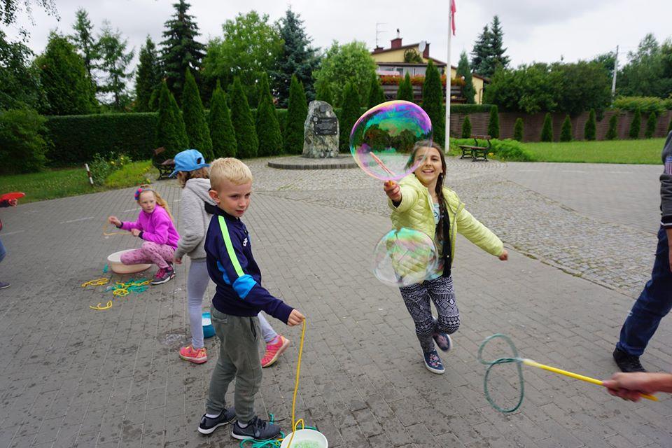 dzieci i duże bańki