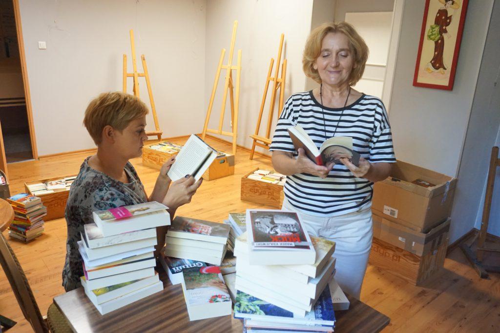 bibliotekarki z książkami