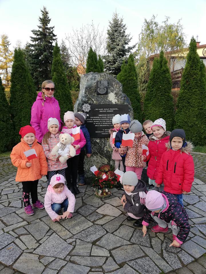 Dzieci przy pomniku