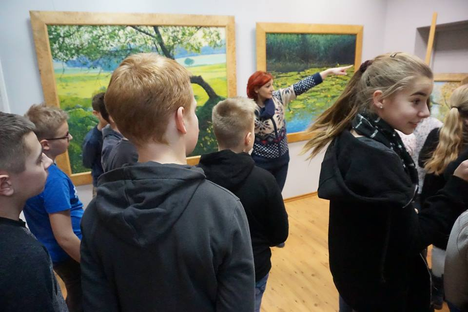 uczniowie na wystawie