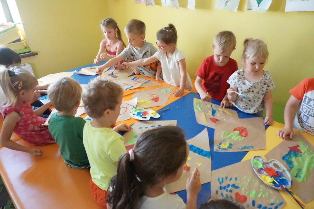 dzieci malują latawce