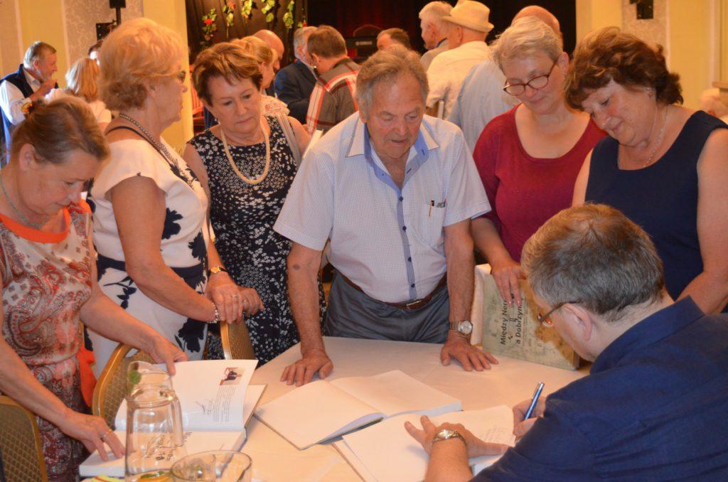 autografy, podpisywanie książki