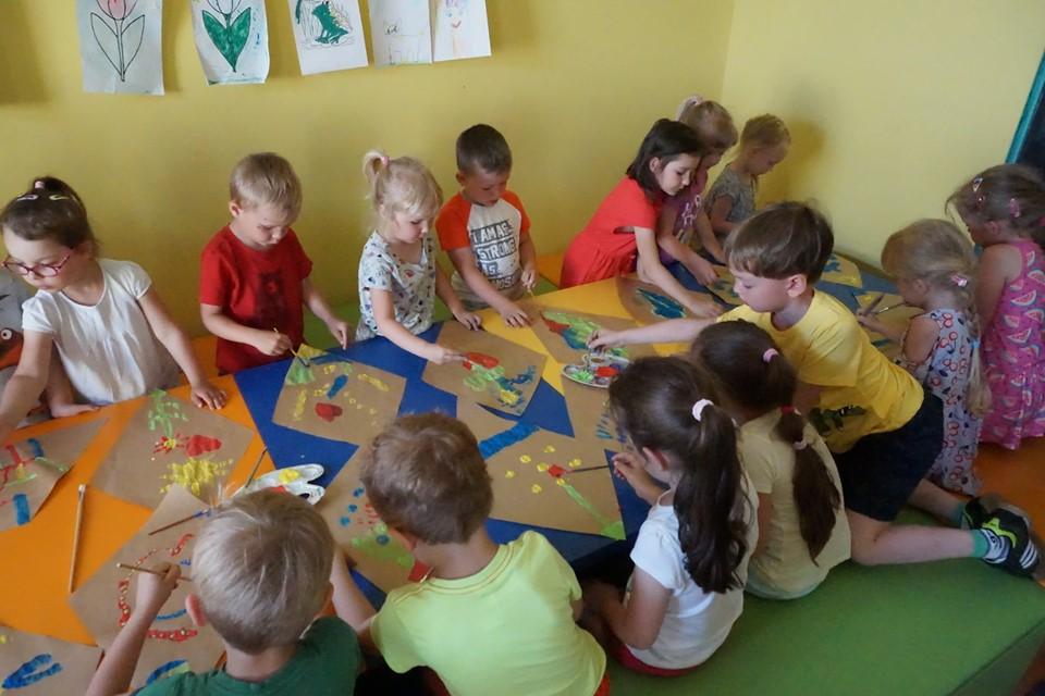 Dzieci podczas malowania