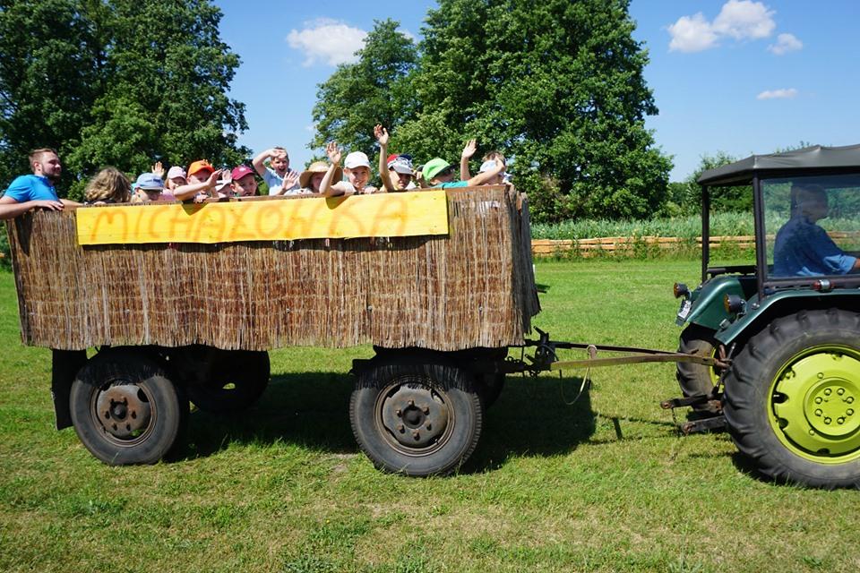 Przejażdżka traktorem, dzieci na przyczepie