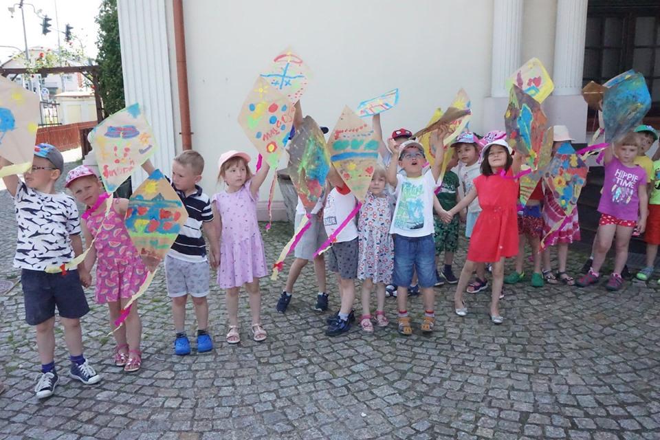 latawce na wietrze, dzieci trzymają latawce