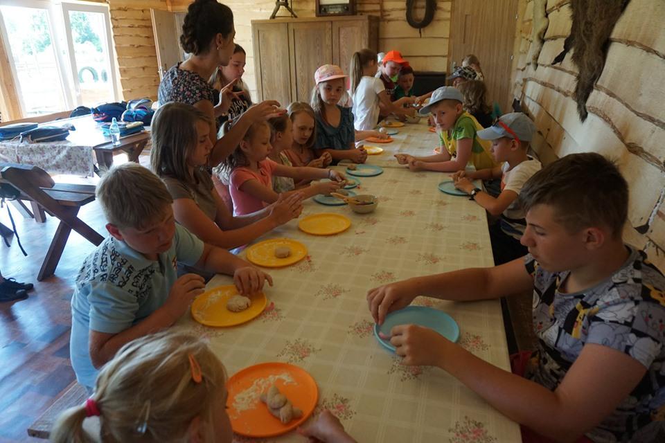 Dzieci robią ciasteczka