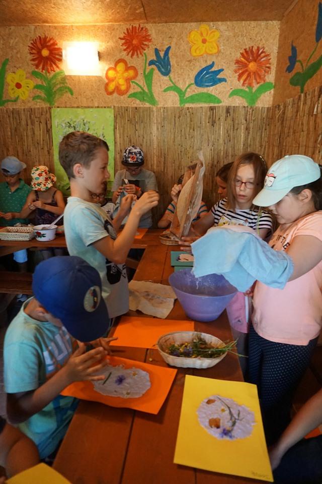 Dzieci robią papier czerpany