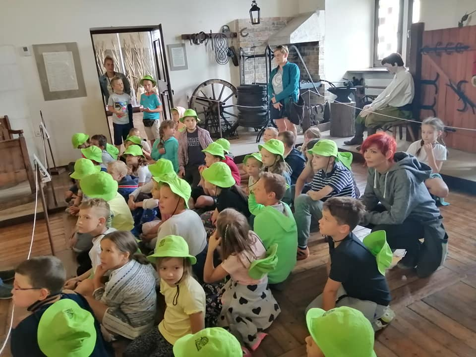 Oglądanie wystawy w muzeum w Łęczycy