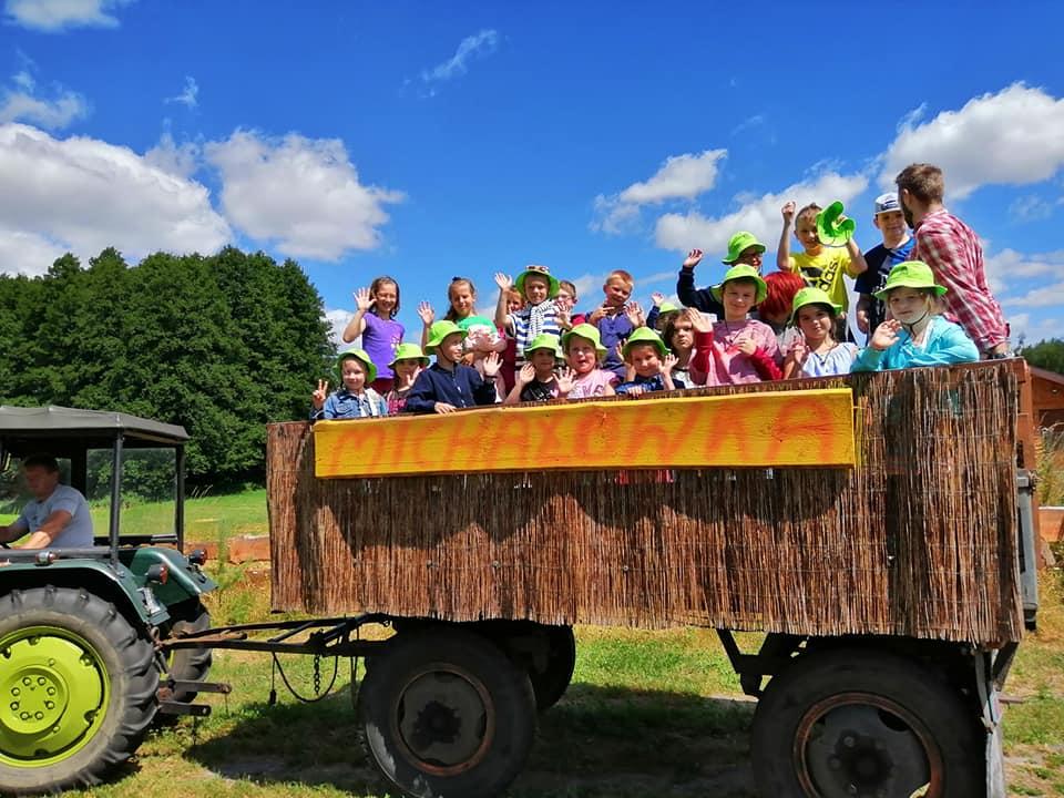 Dzieci na przyczepie, jazda traktorem