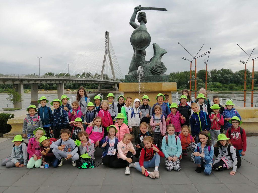 Syrenka Warszawska, dzieci pod pomnikiem