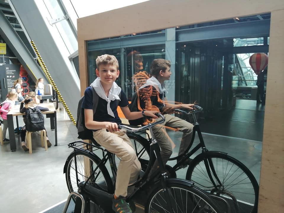 Chłopiec na rowerze, półkolonie