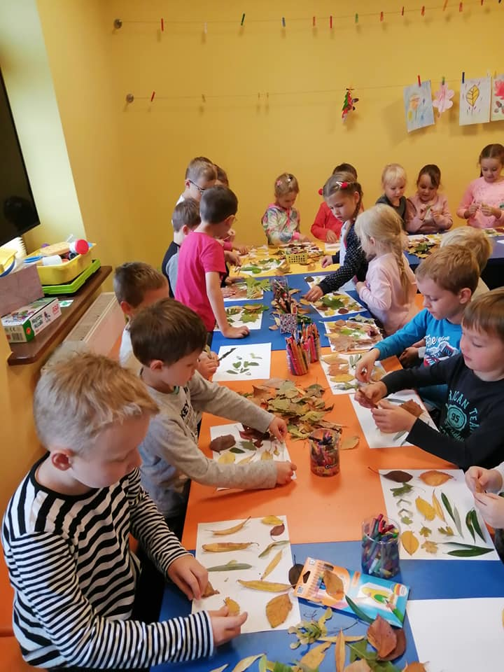 Przedszkolaki na zajęciach, praca plastyczna