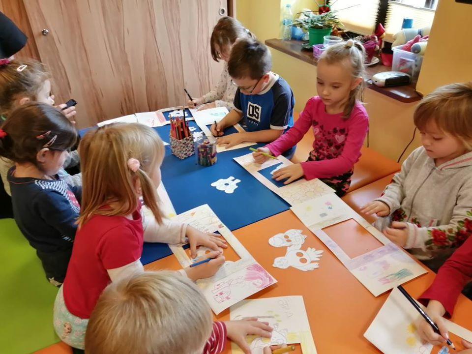 Przedszkolaki na zajęciach plastycznych