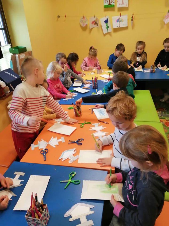 Dzieci z przedszkola na zajęciach plastycznych