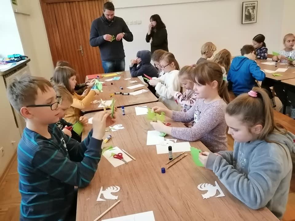 Dzieci na warsztacie wycinanki sieradzkiej