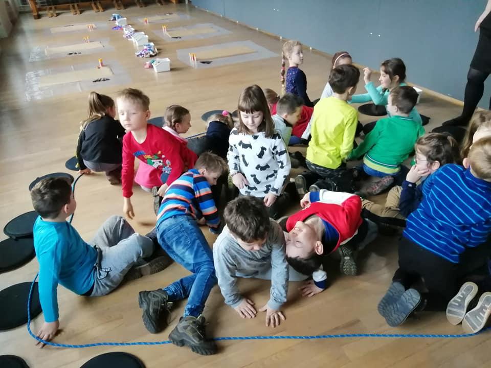 dzieci na zajęciach, gimnastyka