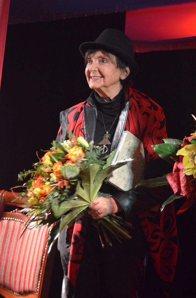 Halina Kunicka dostaje kwiaty