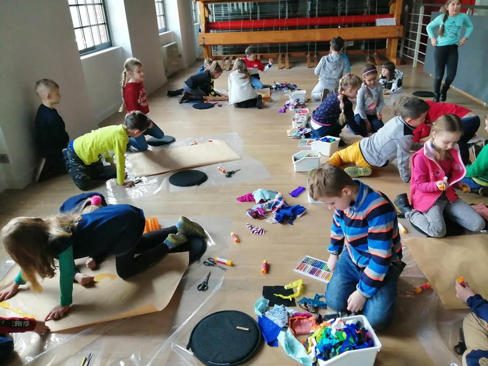 Twórcza praca, dzieci na warsztatach