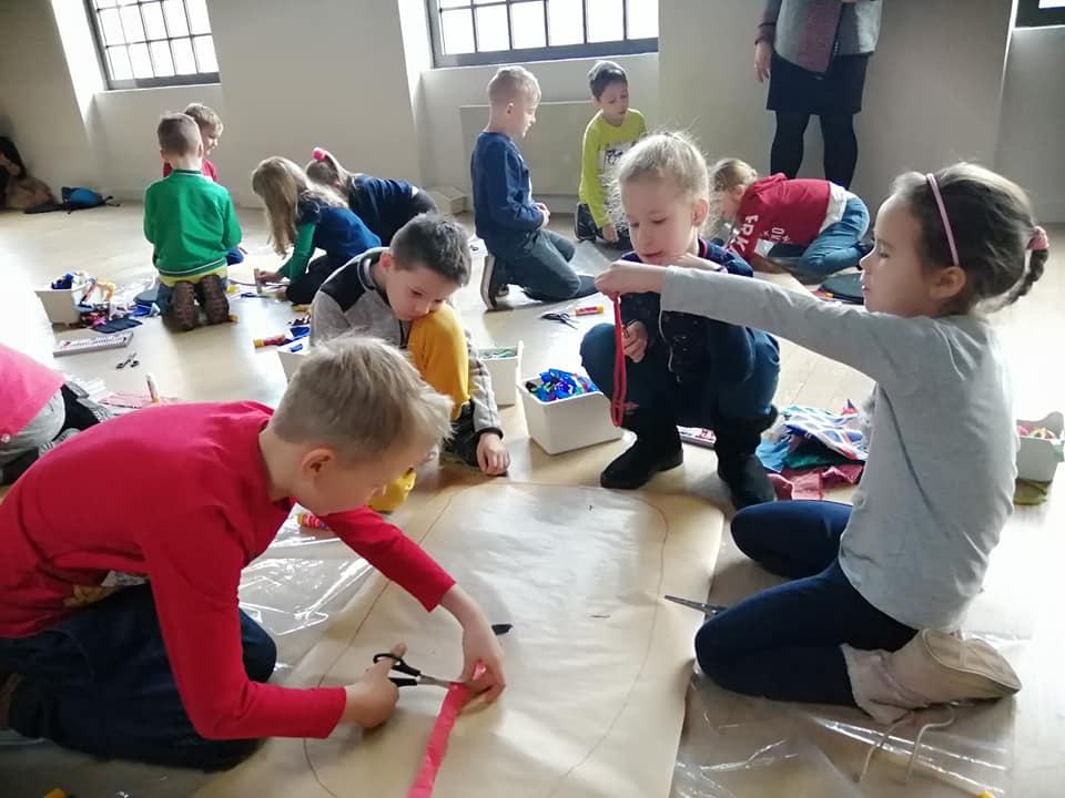 Dzieci tworzą zwierzaki cudaki