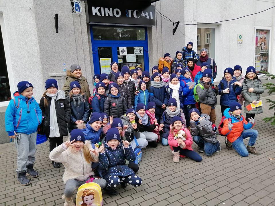 Dzieci przed Kinem Tomi w Pabianicach