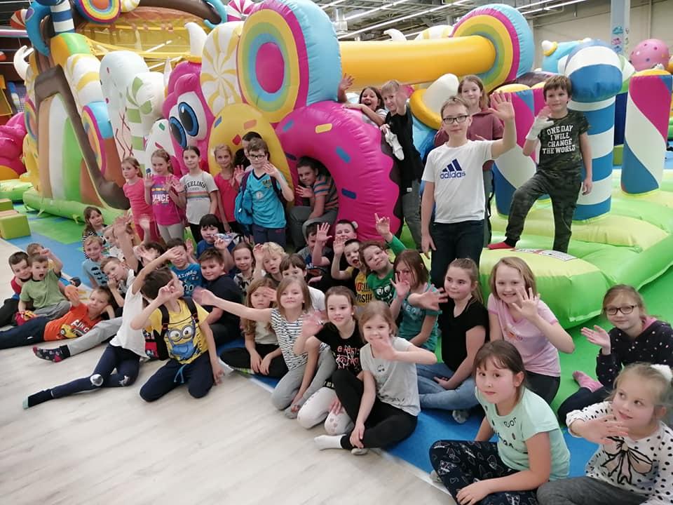 Uczestnicy ferii zimowych, zabawa w Candy Park