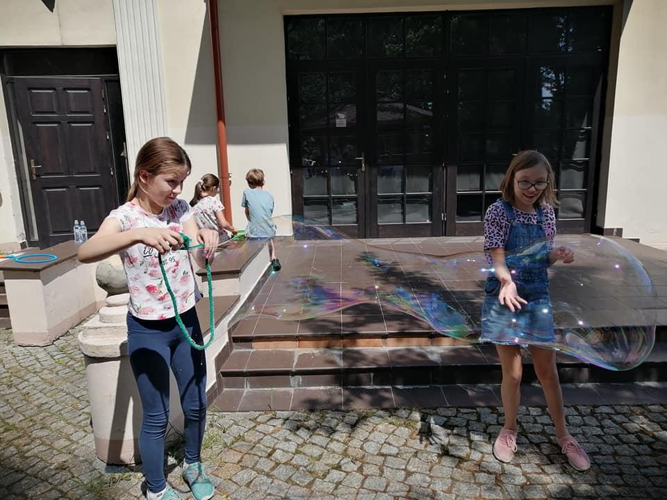 dzieci robią bańki mydlane