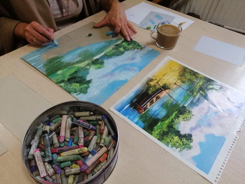 obrazy, ręcznie malowane, kobiece dłonie z pędzlem