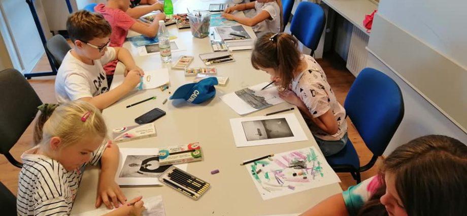 grupa dzieci rysuje