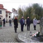 Radni i wójt gminy ksawerów pod obeliskiem, składanie kwiatów