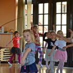 dzieci, dziewczynki ćwiczące balet na sali baletowej