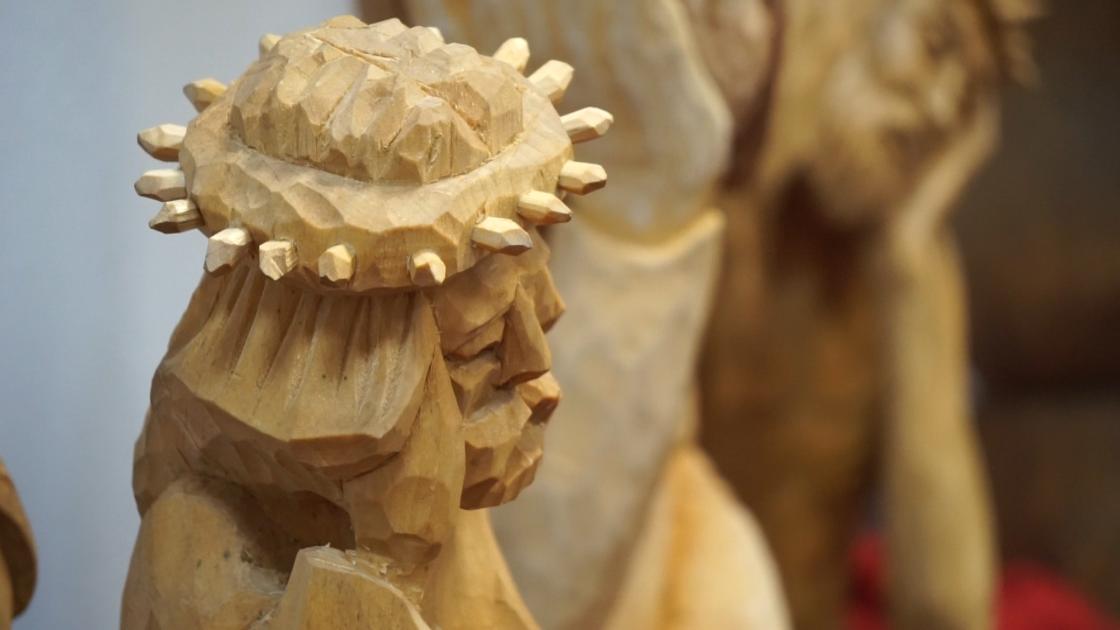 rzeźba z jasnego drewna przedstawiająca Chrystusa Frasobliwego
