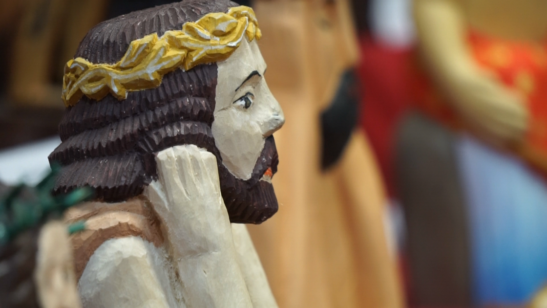 Rzeźba przedstawiająca zamyślonego CHrystusa ze złotymi cierniami