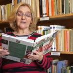 czytająca kobieta, pośród książek