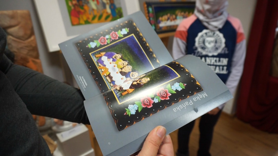 katalog przedstawiający rzeźby z wystawy