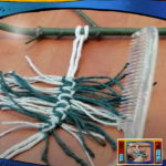 gałązka z przywiązanymi sznurkami na kształt liścia, wiązanie supełków makrama