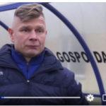 Jarosław Maćczak trener GKS Ksawerów, mężczyna w wiacie na boisku piłkarskim