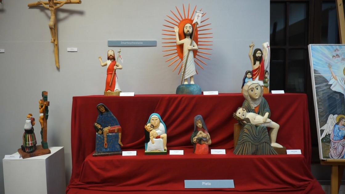 ekspozycja z rzeźbami Chrystusa frasobliwego