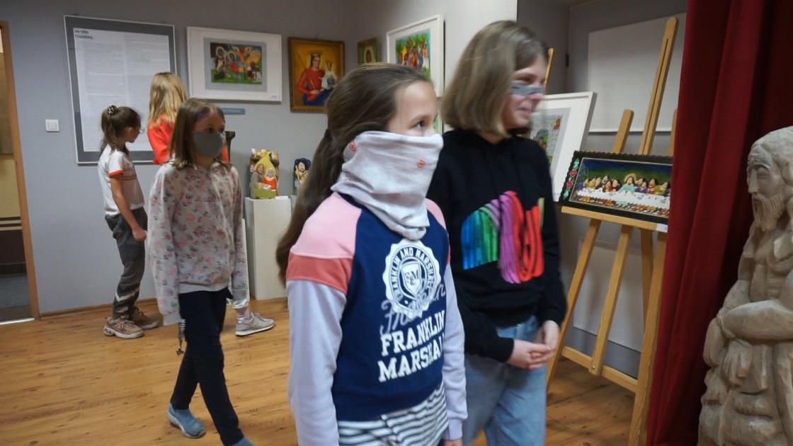 uczestnicy wystawy, młodzież patrząca na rzeźby