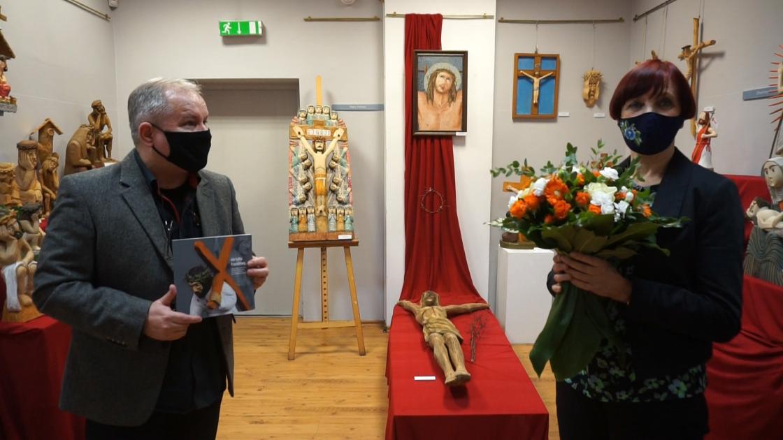 Organizatorzy/Marek Smuga i Danuta Wachowska na tle wystawy z rzeźbami Chrystusa