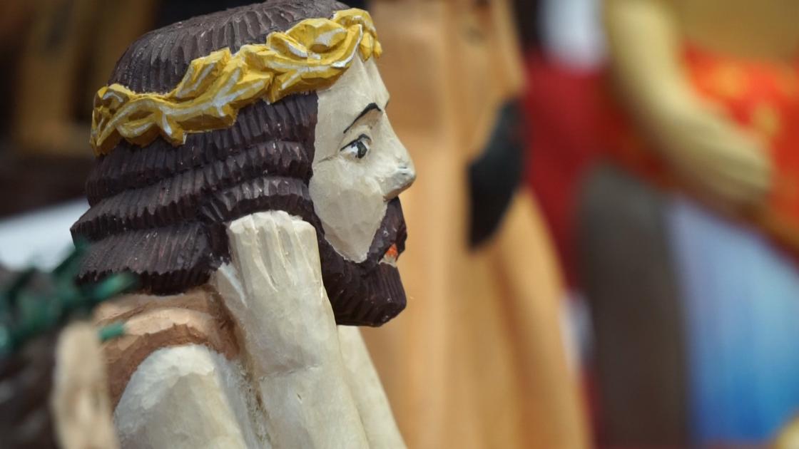 Wizerunek-Chrystusa/Rzeźba przedstawiająca zamyślonego CHrystusa ze złotymi cierniami