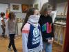 uczestnicy-wystawy/uczestnicy wystawy, młodzież patrząca na rzeźby