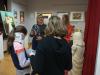 zwiedzanie-wystawy/Uczestnicy wystawy na tle obrazów z wizerunkiem Chrystusa